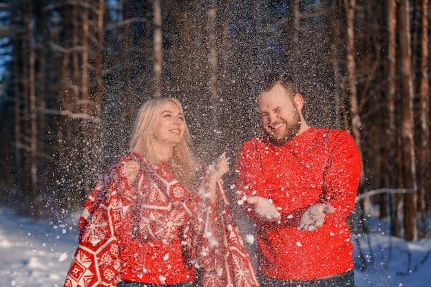 Coppia in amore a passeggio in inverno, una relazione romantica tra un uomo e una donna