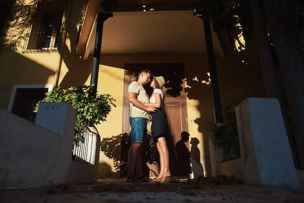 Coppia in amore che abbraccia