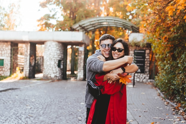 Coppia in amore che cammina per le strade d'autunno