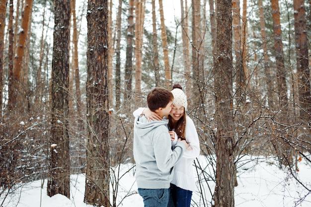 Coppia in amore divertendosi in inverno