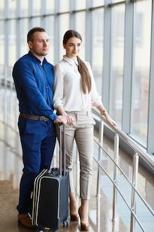 Coppia in amore in vacanza. coppia in piedi in aeroporto.