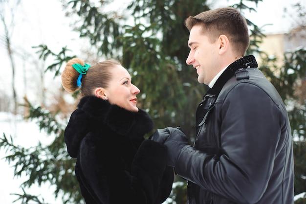 Coppia in amore nella foresta invernale