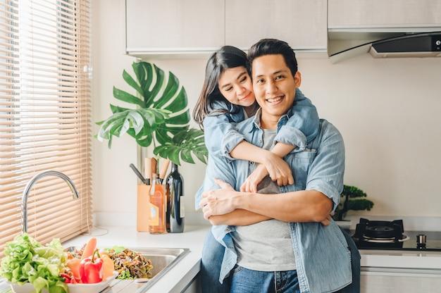 Coppia in amore ridendo e divertendosi insieme in cucina