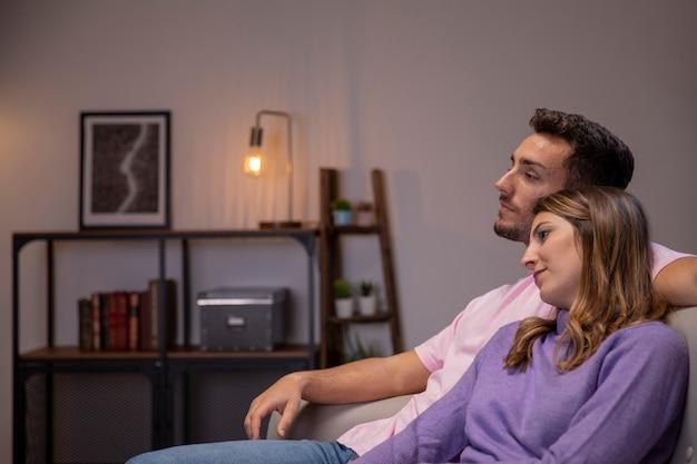 Coppia in amore rilassante a casa