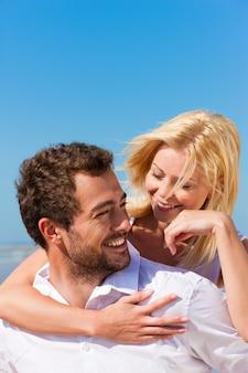 Coppia in amore sulla spiaggia d'estate