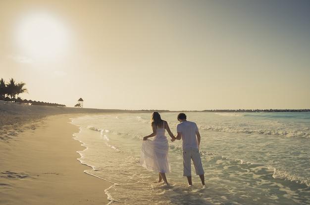 Coppia in amore sulla spiaggia