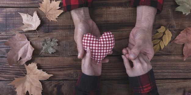 Coppia in amore tenendosi per mano