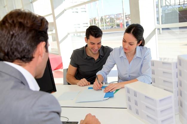 Coppia in appuntamento con agente immobiliare