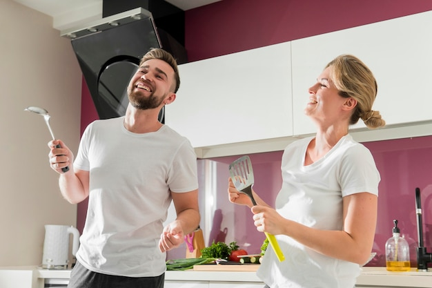 Coppia in casa ballare in cucina