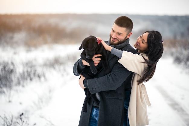 Coppia in inverno in strada con il cane