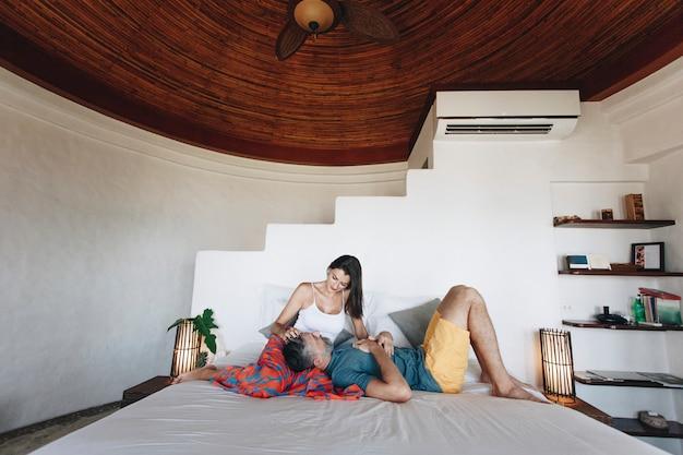 Coppia in luna di miele rilassante in una stanza d'albergo