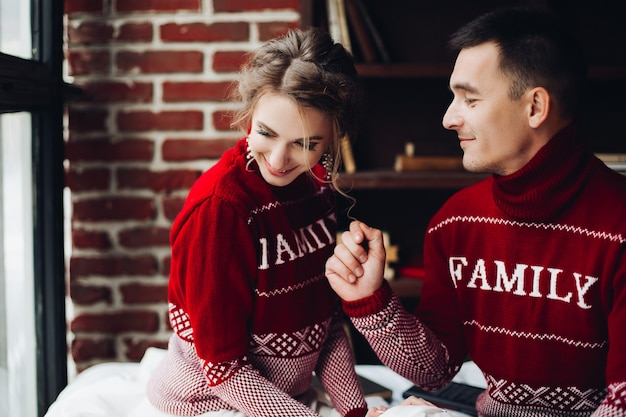 Coppia in maglioni rossi divertendosi insieme