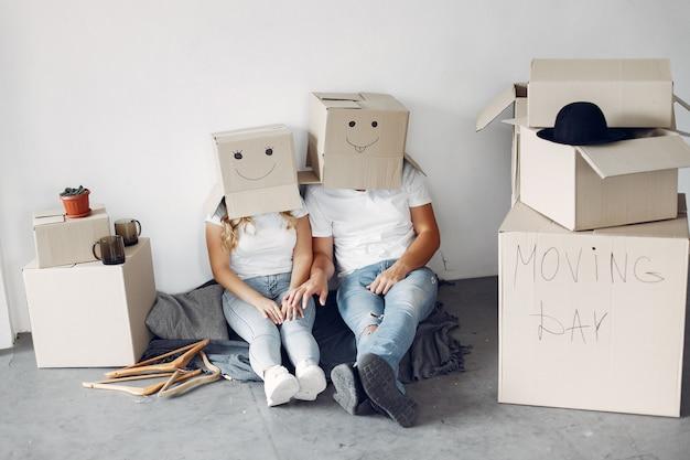 Coppia in movimento e usando le scatole