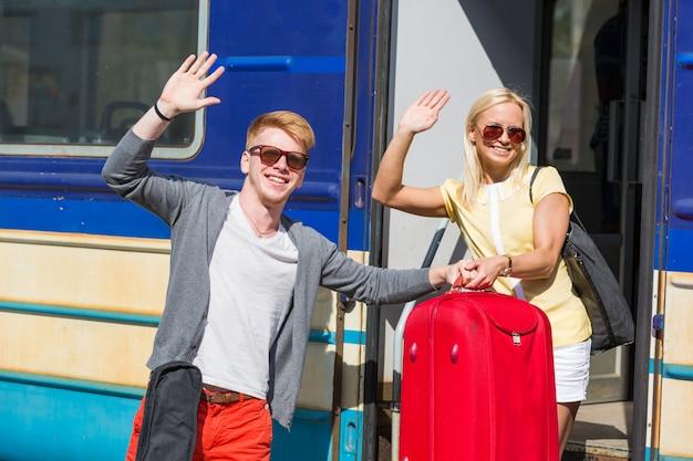 Coppia in partenza per le vacanze con il treno