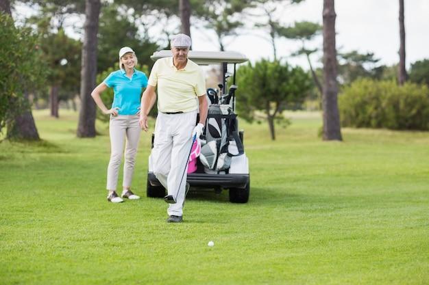 Coppia in piedi al campo da golf