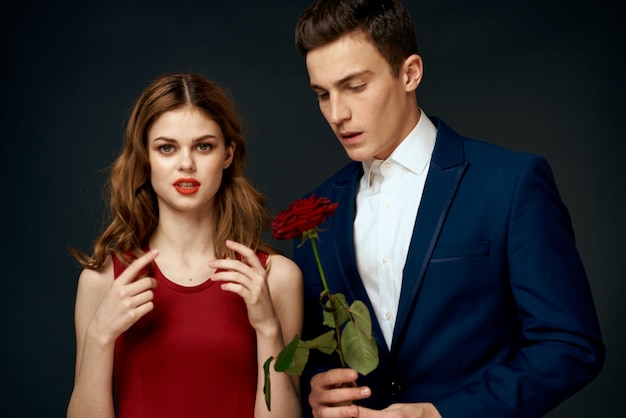 Coppia in posa con una rosa