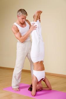 Coppia in posizione yoga