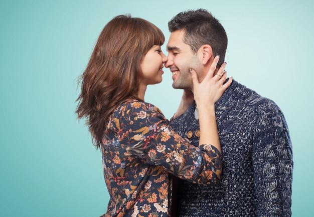 Coppia in procinto di baciare