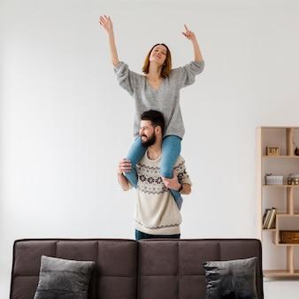 Coppia in salotto trascorrere del tempo divertente insieme