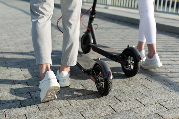 Coppia in sella a scooter elettrici per la città