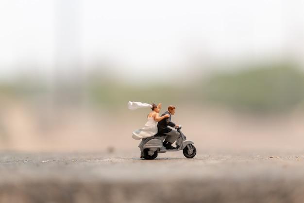 Coppia in sella alla moto in giardino