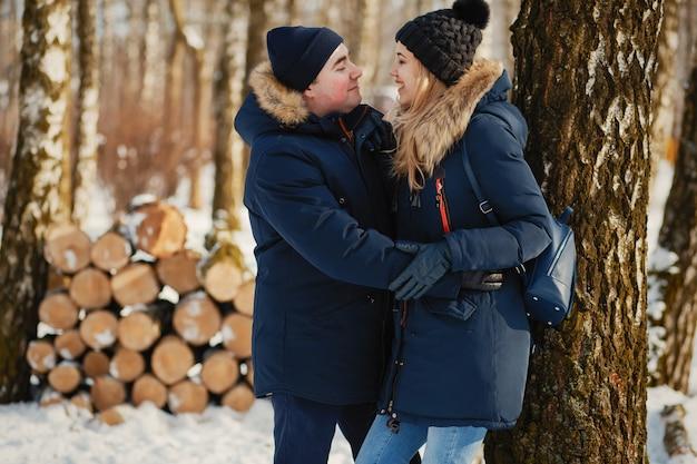 Coppia in un parco d'inverno