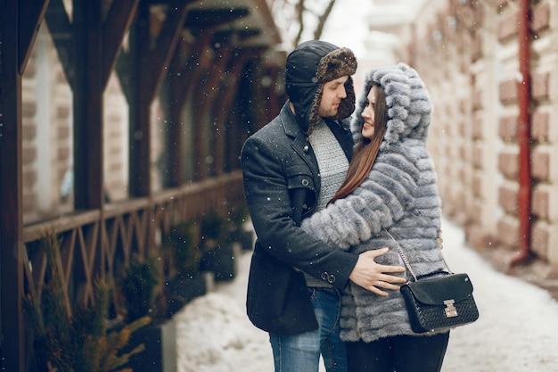 Coppia in una città d'inverno