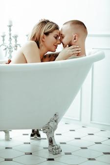 Coppia in una vasca da bagno