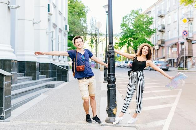 Coppia in vacanza in città