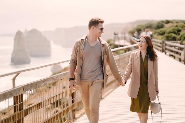 Coppia in vacanza wlking su un ponte