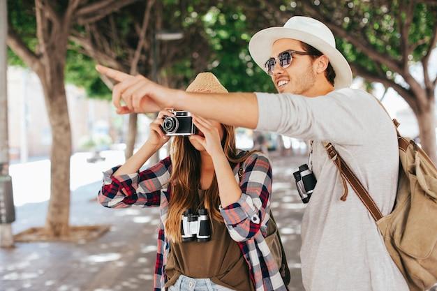 Coppia in viaggio e scattare foto