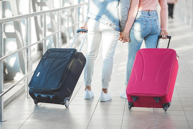 Coppia in viaggio. viaggio degli amanti. giovane e donna in aeroporto. tour della famiglia