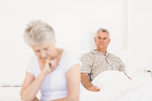 Coppia infastidita ignorandosi a vicenda in camera da letto