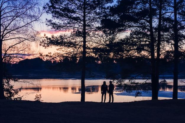 Coppia innamorata al tramonto