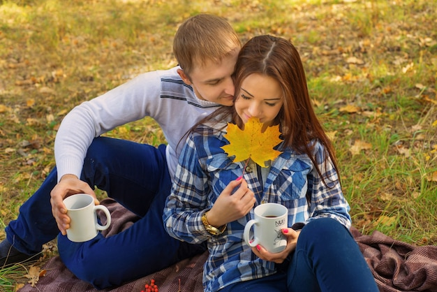 Coppia innamorata che beve il tè nel parco