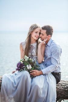 Coppia innamorata festeggia un matrimonio sull'oceano