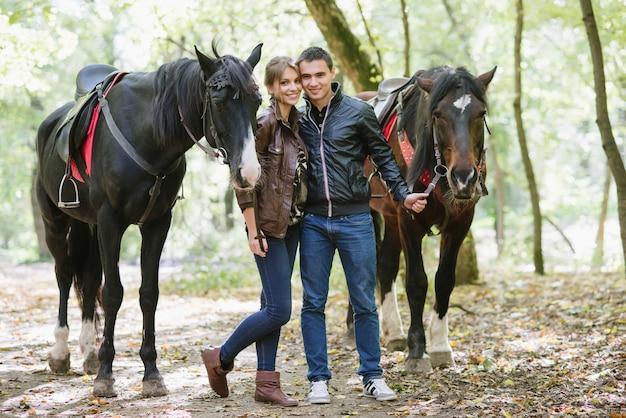 Coppia innamorata, passeggiate a cavallo, foresta estiva