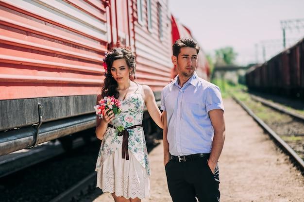 Coppia innamorata, stazione ferroviaria