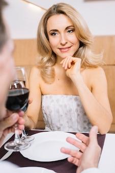 Coppia insieme durante una cena romantica