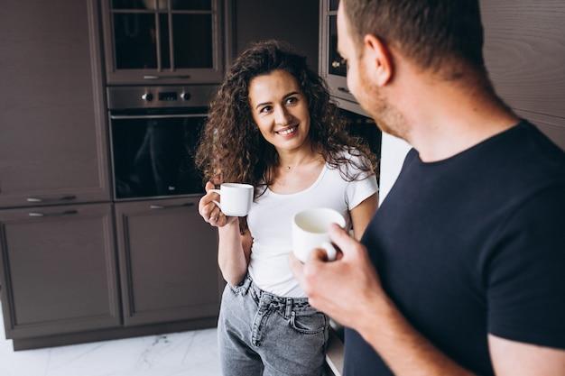 Coppia insieme in cucina a bere il caffè
