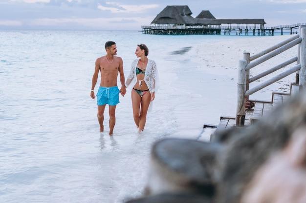 Coppia insieme in vacanza sull'oceano