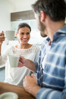 Coppia interagendo sorseggiando un caffè