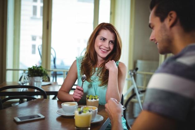 Coppia interagire pur avendo il caffè