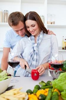 Coppia intima preparando la cena