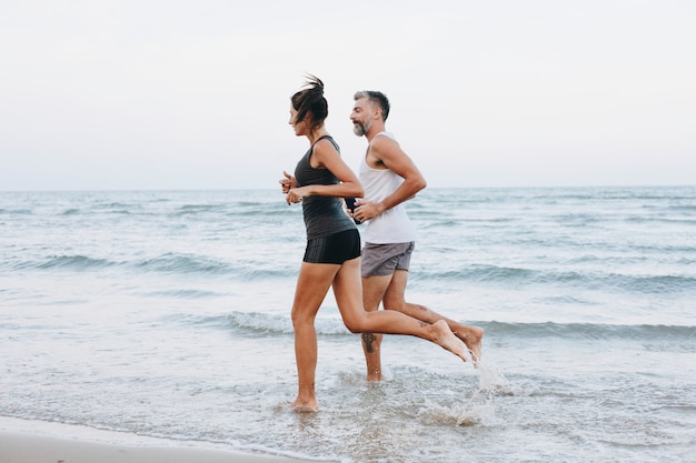 Coppia, jogging, spiaggia