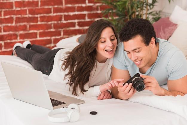 Coppia l'apprendimento insieme della fotografia digitale online