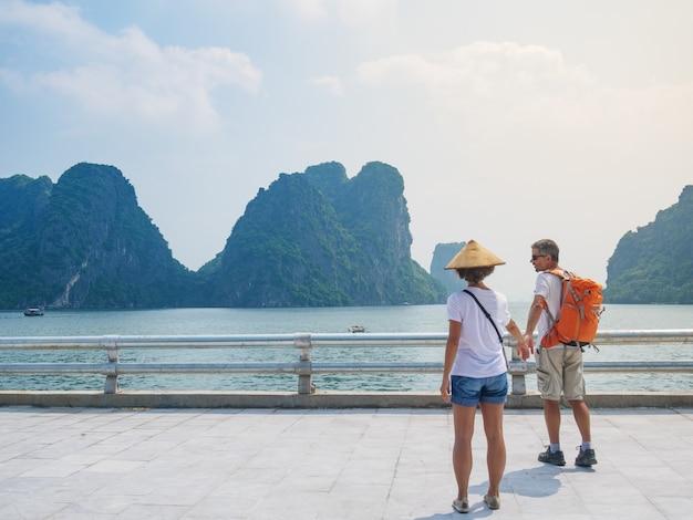 Coppia la camminata congiuntamente sulla passeggiata alla città di halong, vietnam