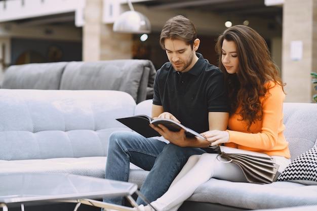 Coppia la scelta del tessuto nel negozio di mobili