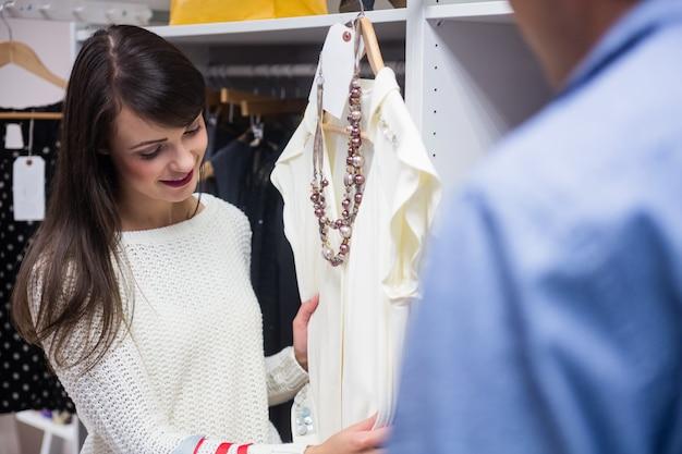 Coppia la selezione di un abito durante lo shopping per i vestiti