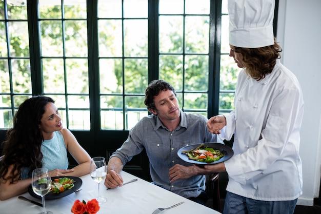 Coppia lamentarsi per il cibo allo chef